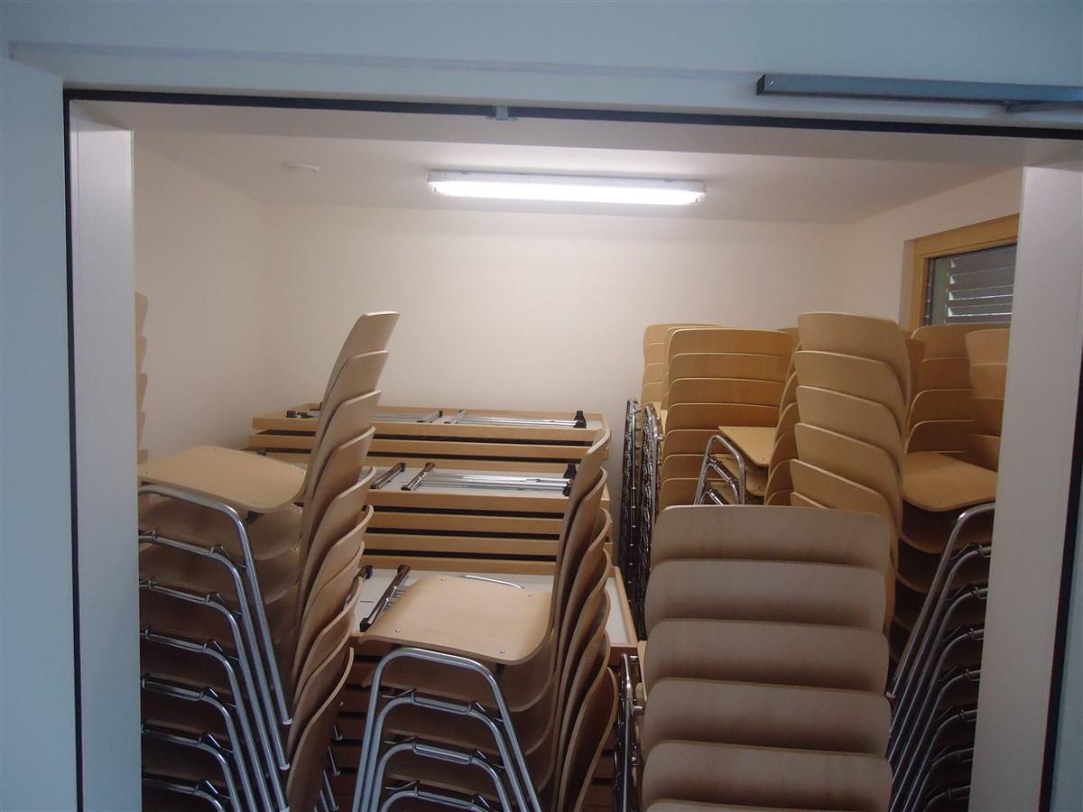 Semaine 11: le mobilier de la salle est arrivé