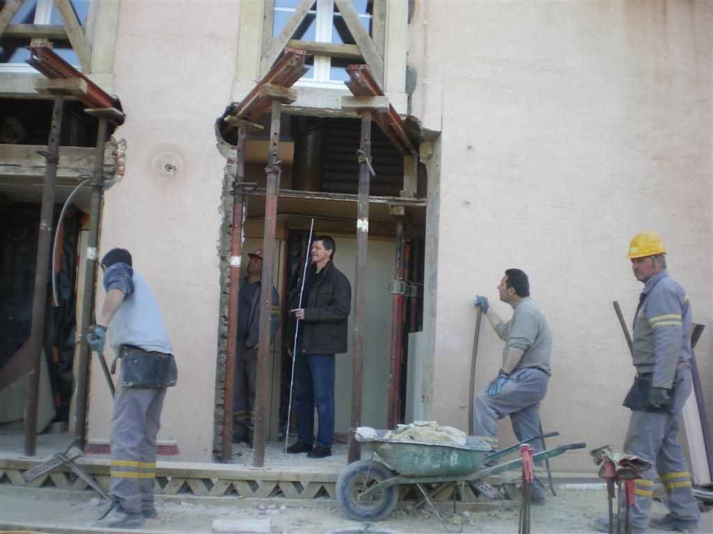 """Jeudi 15 mars : visite de chantier comme chaque jeudi par la Commission des travaux et de l'architecte. """"Démolition du mur de l'école pour les futures  sanitaires"""""""