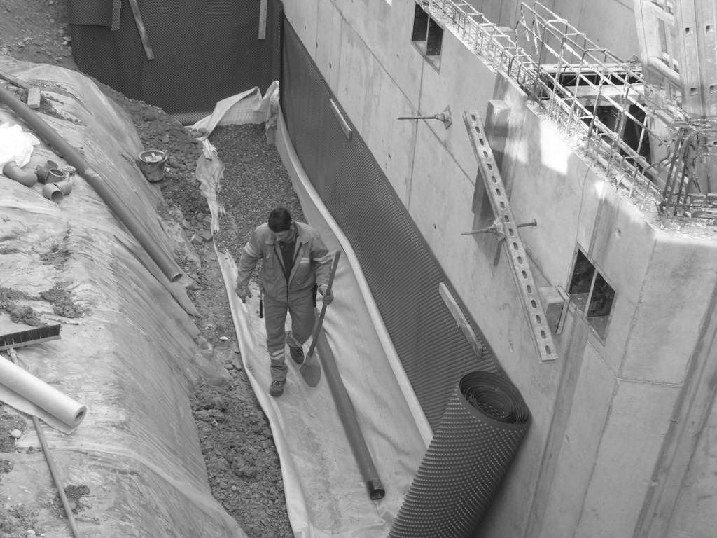 Semaine 48 : pose du drainage entre la future salle et le bâtiment Mairie /Ecole