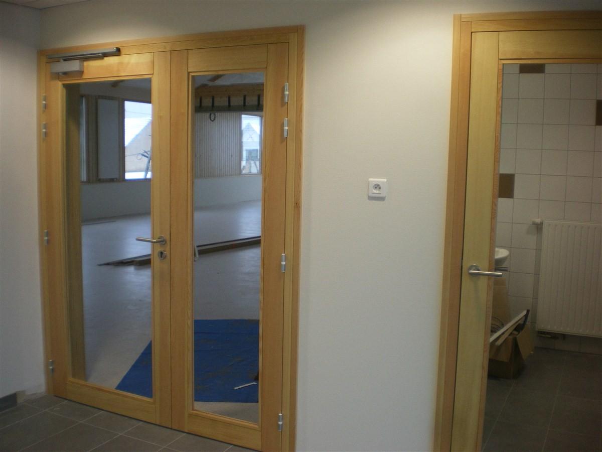 Semaine 7 : les portes du secrétariat et de la salle du conseil sont arrivées, manque encore le vitrage