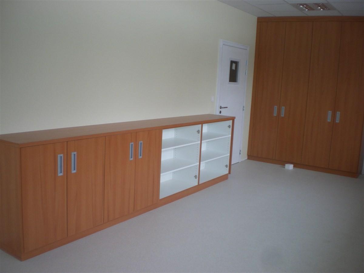 Semaine 8: le menuisier procède au montage des meubles qui sont sur mesure