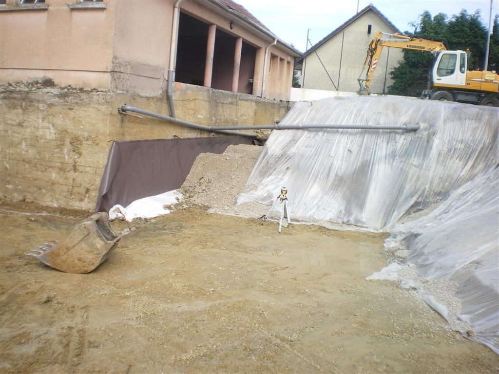 Jeudi 25.08,2011 le gros du terrassement est terminé et le drainage du préau est en place et le tout sans pluie !