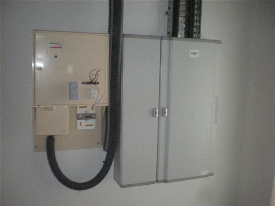 Semaine 47 : Erdf procède au branchement électrique sur le tableau de la salle.
