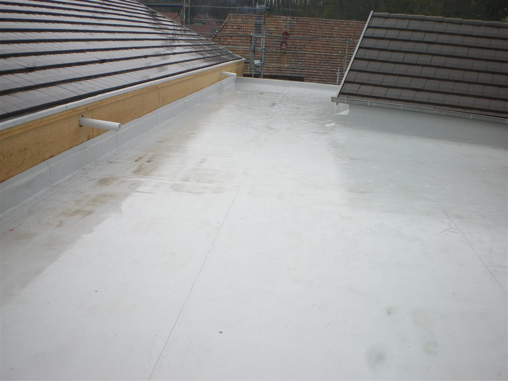 Semaine 10/11: l'étanchéité de toiture des sanitaires et du local traiteur est terminée