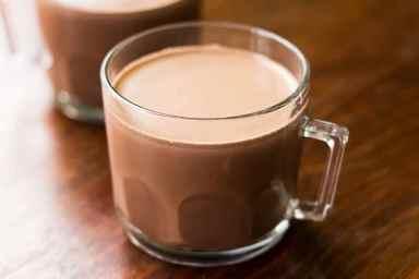 Blij met een heerlijke kop chocolade