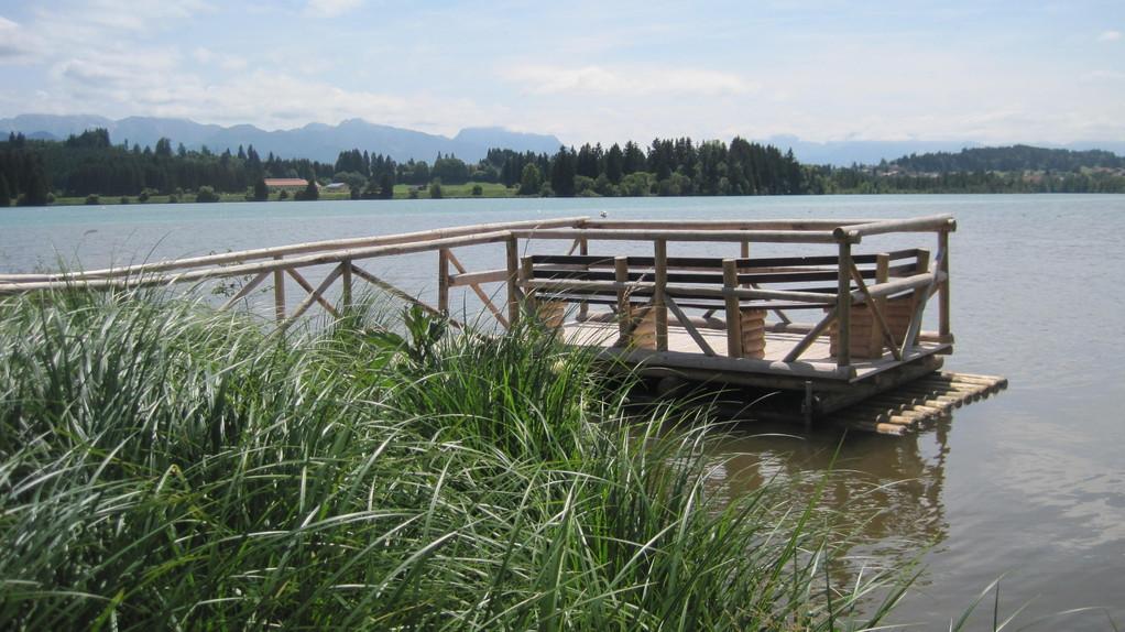 Begehbares Floß am Ufer
