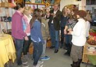 Hier zeigt Herr Brandenburger eine wunderbar gearbeitete Klangschale aus Messing