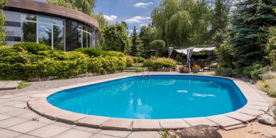 SK-Whirlpool-Pool im Garten mit Leiter