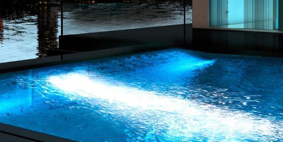 SK-Whirlpool - Gegenstromanlage und Beleuchtung im Betrieb