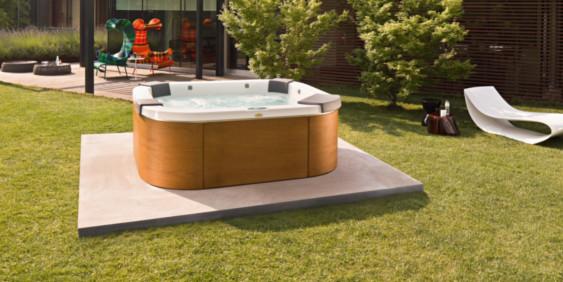 SK-Whirlpool-Außenwhirlpool freistehend im Garten auf einer Betonplatte