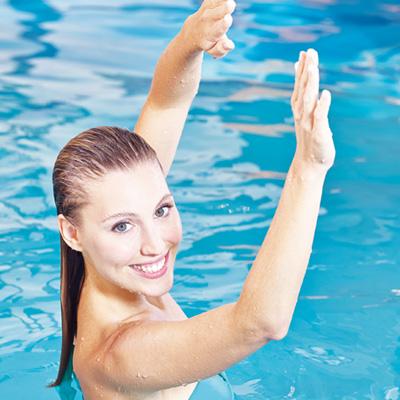 S&K GmbH Jacuzzi Whirlpool - Eine Frau bei Sport im Pool