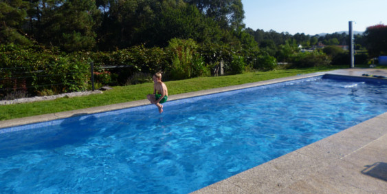 SK-Whirlpool-Pool im Garten mit einem Kind