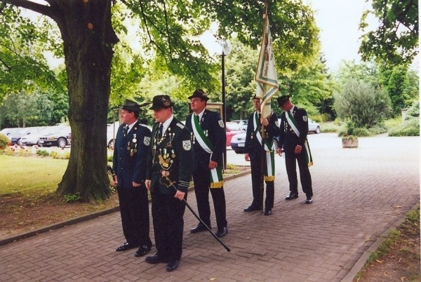 Schützenfest 2000 - Fahnenabteilung v.l.: Helmut Nolte, Jörg Läkamp, Torben Preuss, Thomas Dickel, Christian Zaun