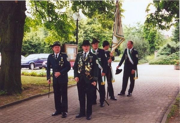 Schützenfest 2000 - Fahnenabteilung vor dem ökumenischen Gottesdienst in der ev. Kirche