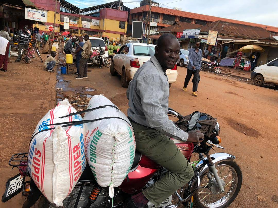 Transport mit dem Bodaboda (Motorradtaxi), hier Mais