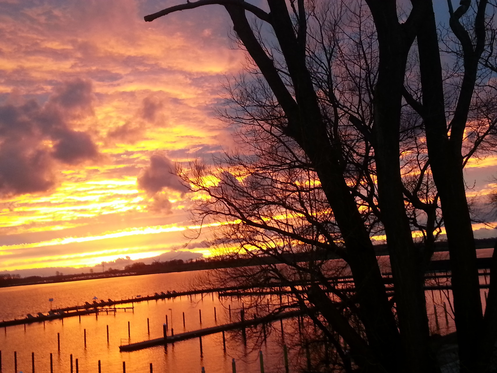 Sonnenuntergang über dem leeren Yachthafen