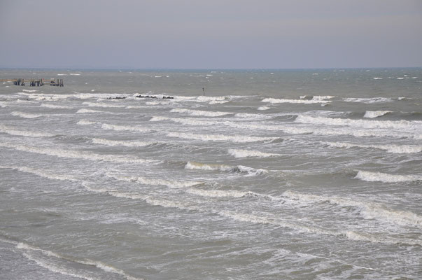 tosende Wellen am Großenbroder Strand