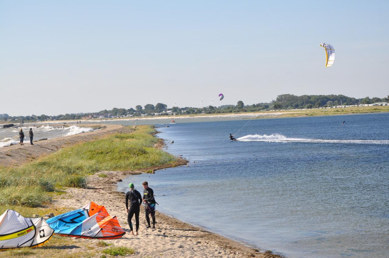 Kite-Surfer an der Mole