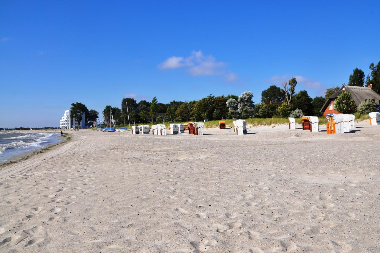 Strandkörbe und Blick auf das Haus zur Mole
