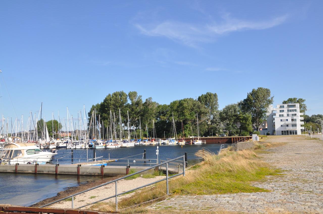 Blick auf den Yachthafen und das Haus zur Mole