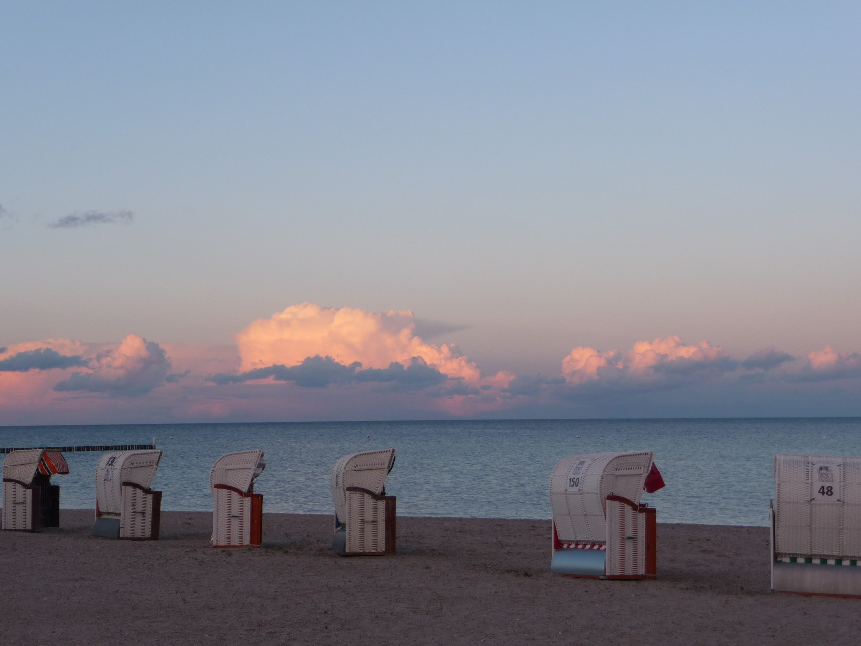 Strandkörbe in der Abendsonne