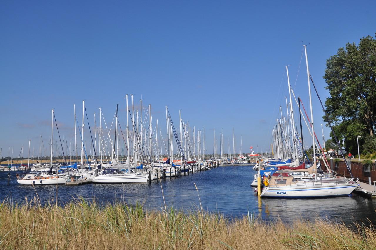 Segelboote im Yachthafen