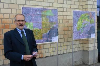 • Stadtrat Matthias Gfeller zeigt, wo die Stadt dem ALB in Fokuszone im Quartier Neuhegi zu Leibe gerückt ist. (hd (Archiv))