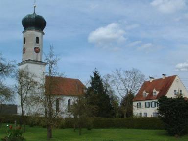 Die Maria-Hilf-Kirche im Ort