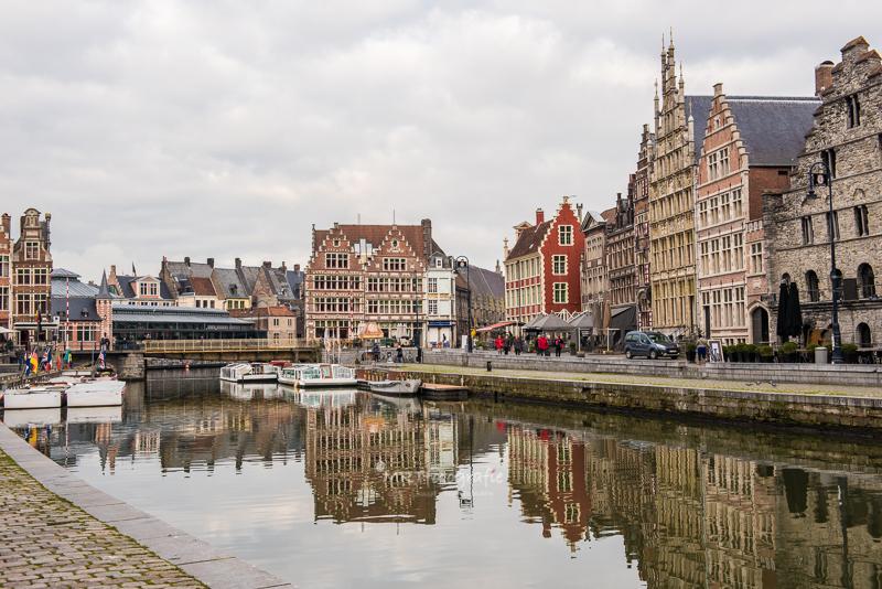 Reflecties van de monumentale panden in het water van de Gras- en Korenlei te Gent