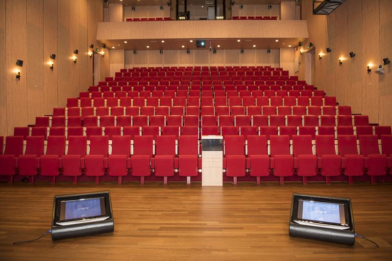 Rode theater stoelen op een rij, symmetrisch beeld