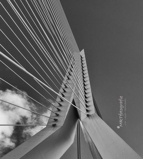 Detail Erasmusbrug te Rotterdam, zwart-wit. Architectuurfotografie