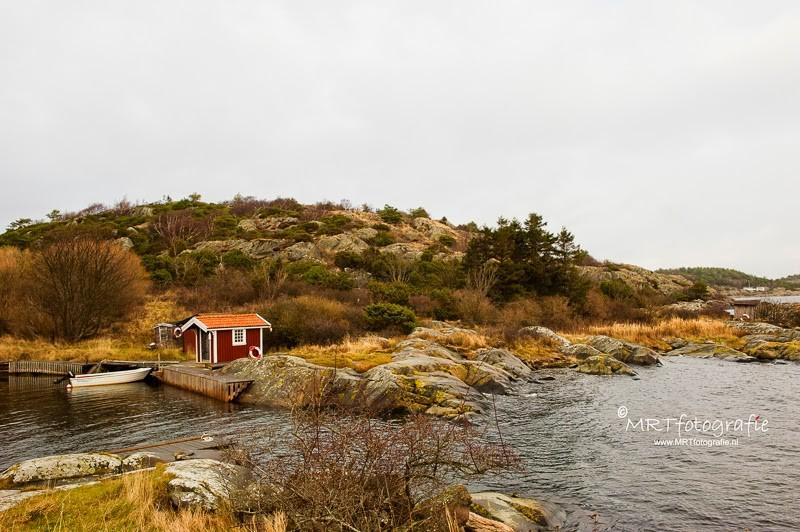 Kleine kleurrijke houten huisjes bij het binnenhaventje