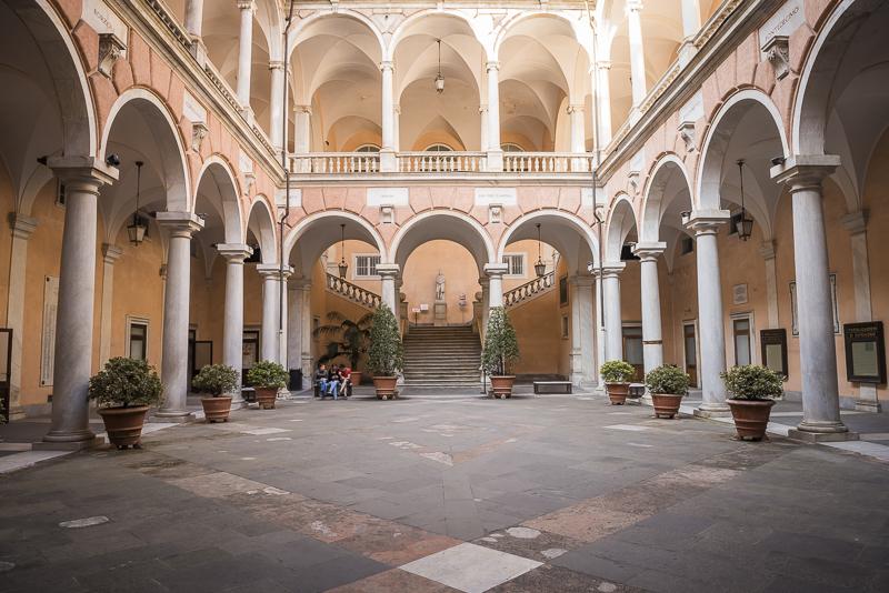 De bouw is symmetrisch. Gemeentehuis Genua