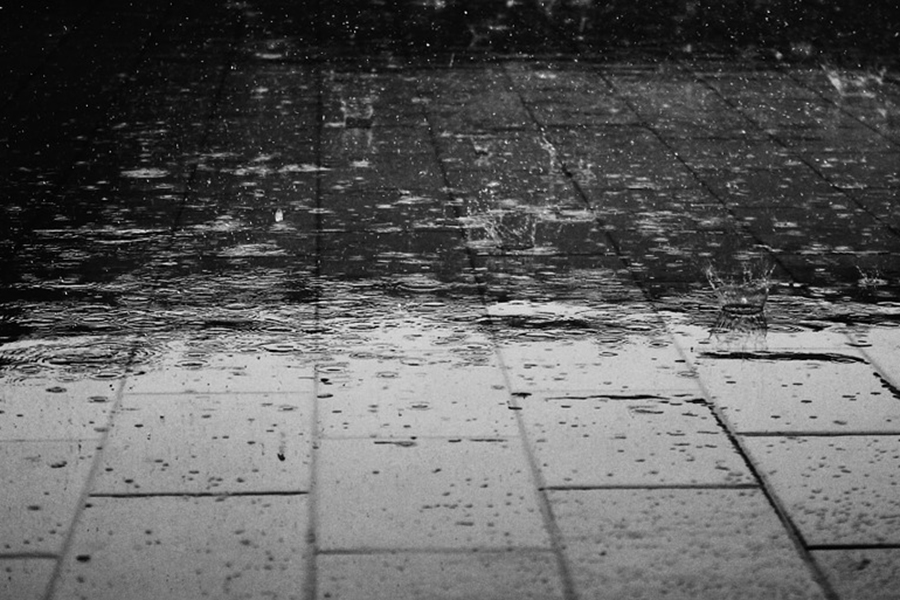 Regendruppels op een stoep, Leusden