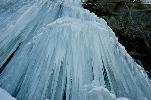 すごい迫力。ハルニレの側にある無名の滝に勝手に仮称「エルムの滝」と命名しました。