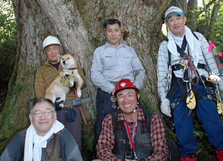 手前左から三本木さん、クマさん。後列左から千葉さんとヒメ、切明畑さん、樹木医の釜淵さん