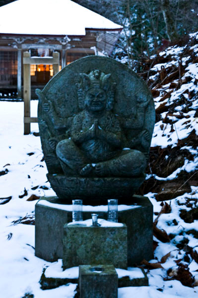 潮山神社の前にある仏さま