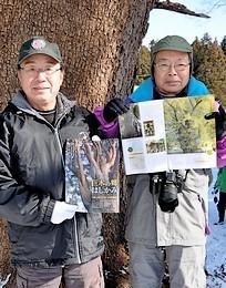 階上町内の巨木・古木を紹介する冊子「巨木の郷はしかみ」を作成した階上売り込み隊の有谷会長(右)と隊員の伊藤武男さん