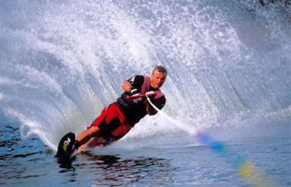 le slalom : une des disciplines du ski nautique