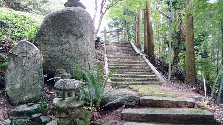 大きな石が祀られている