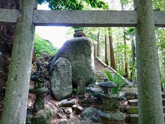 鳥居の先に大きな石