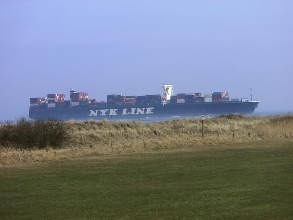 Importware aus Übersee auf Containerschiffen fährt in die Elbe nach Hamburg ein