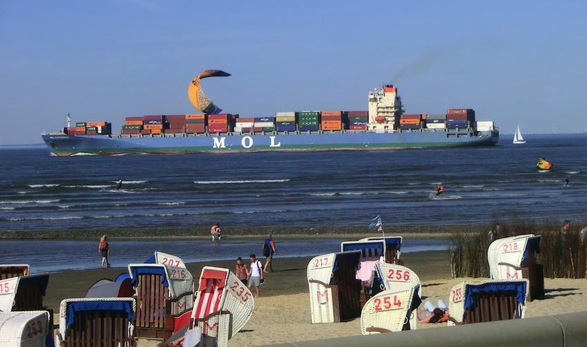 Sich von Kitesport faszinieren lassen und dabei den Welt-Schifffahrtsverkehr beobachten
