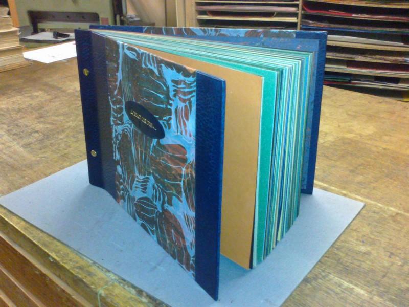 livre blanc, mèlange de pages de couleurs