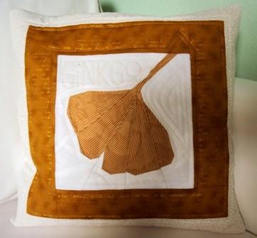 beiges Ginkgokissen mit großem Ginkgoblatt, 40x40