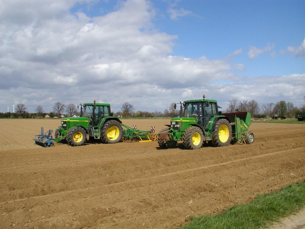Das Kartoffelpflanzen, Vorarbeiten mit der Kreiselegge für eine krümelige Bodenbeschaffenheit