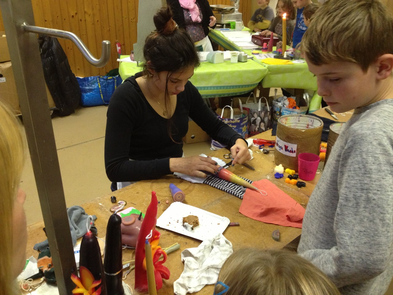 Fachkundige Hilfe erwartet die Besucherinnen und Besucher am Tisch der Kerzen-Schnitzerinnen.