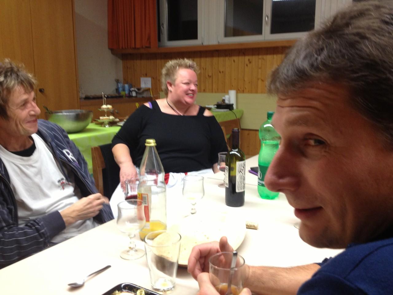 Etwas später am Abend entspannt sich auch die Stimmung bei Präsidentin Trottmann... und Chef-Techniker André (rechts).