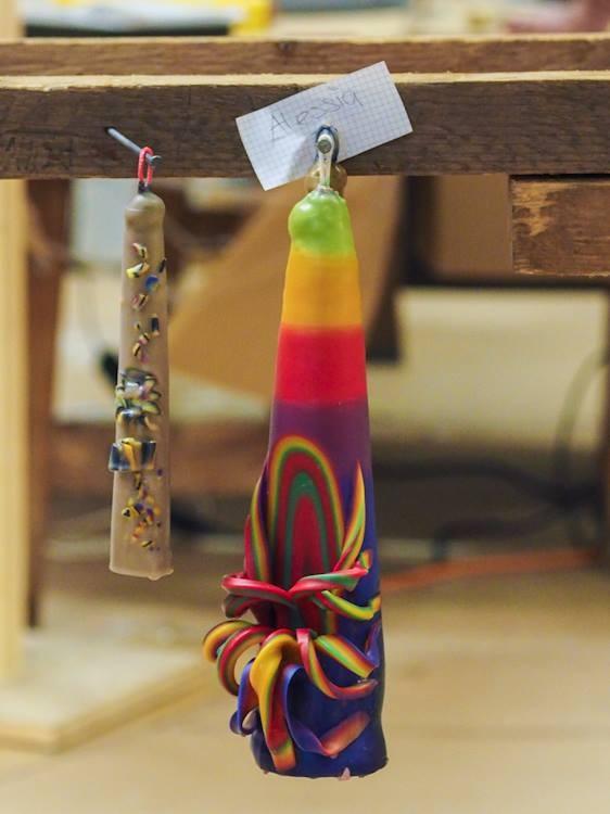 Ein Kunstwerk am Haken: Diese Kerze wartet darauf, ein Geschenk zu werden.
