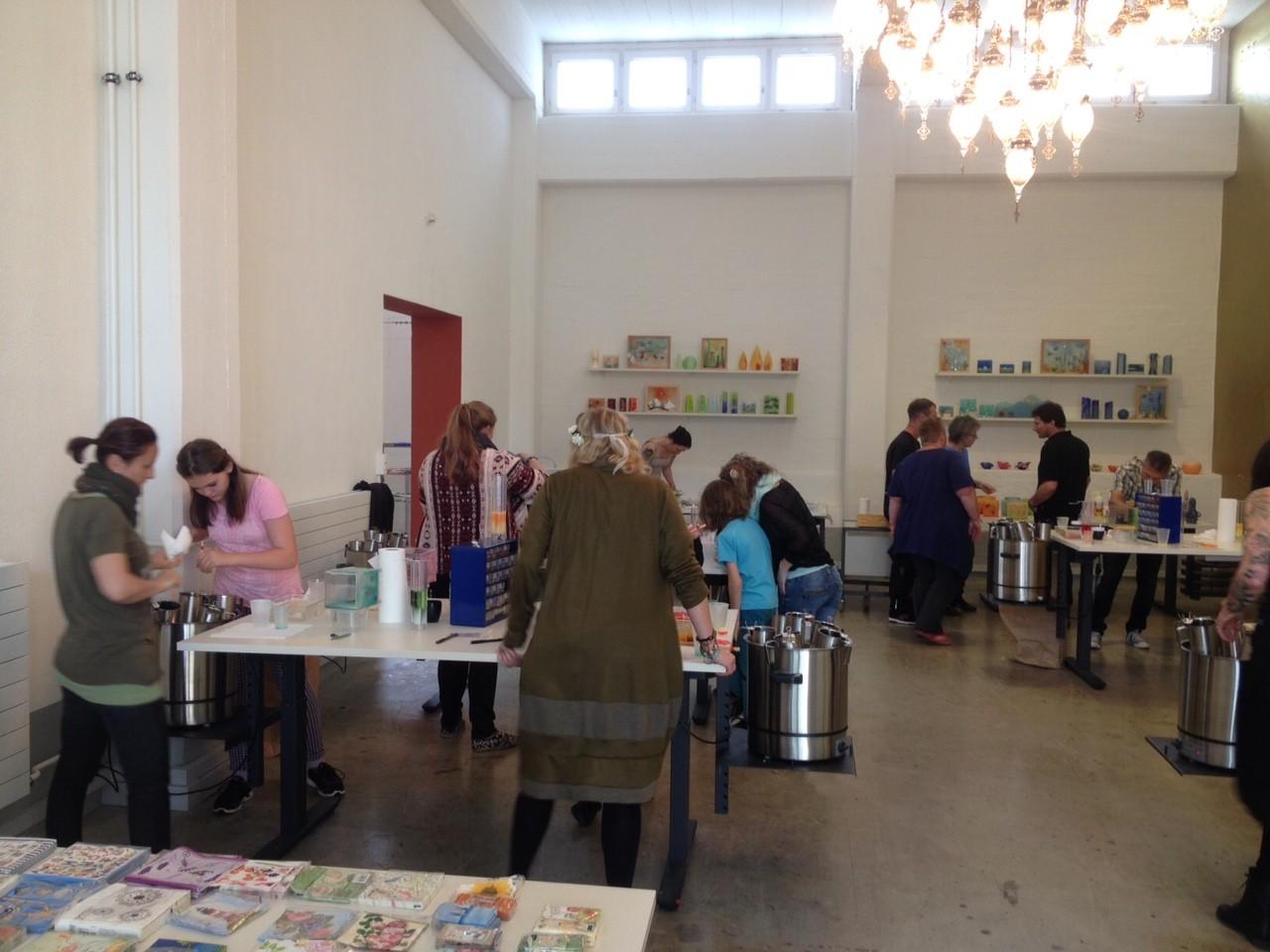 Das Kerzenziehen-Team im Workshop-Raum der Firma Extragon in Zürich.